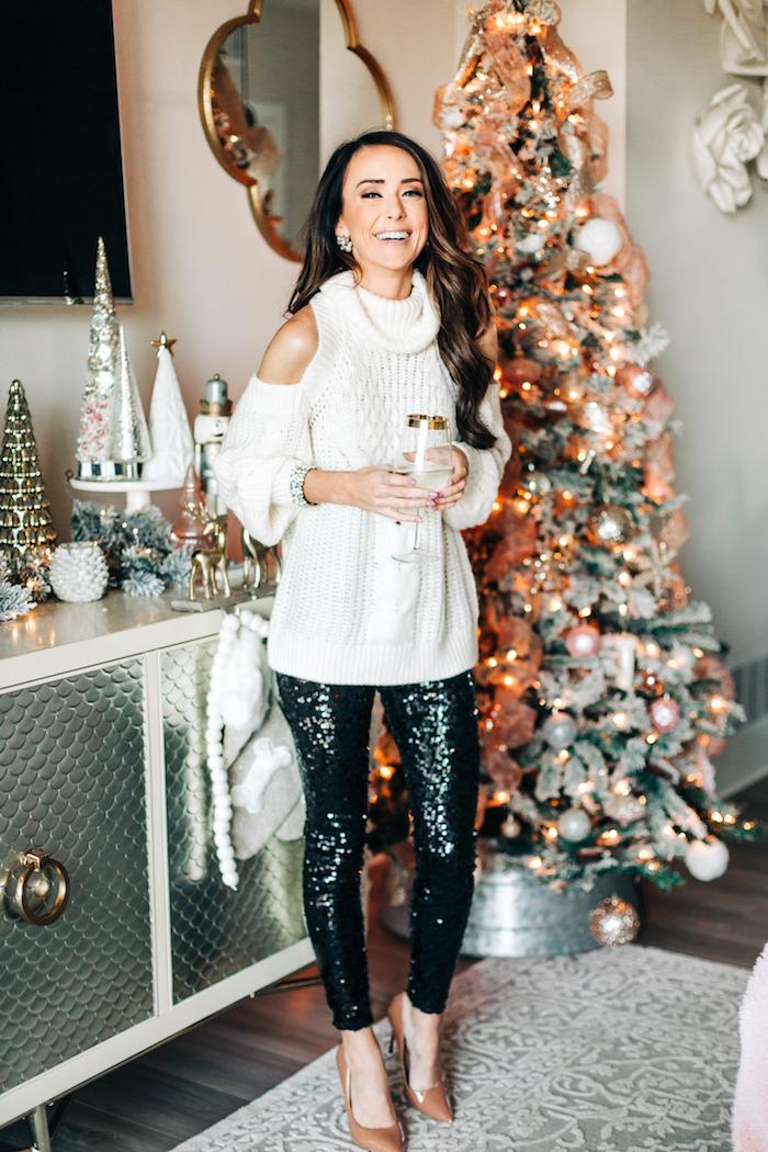Party Outfit für Damen, weißer Pullover schulterfrei, schwarze Glitzer Hose, Pumps in Beige, offene gewellte Haare