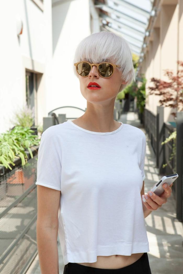 frisuren für kurze haare, Frau im weißen, basic T-Shirt, mit rotem Lippenstift und runden Sonnenbrillen in Gelb, platinblonde Haare mit Pony, Kurzhaarfrisuren Damen,