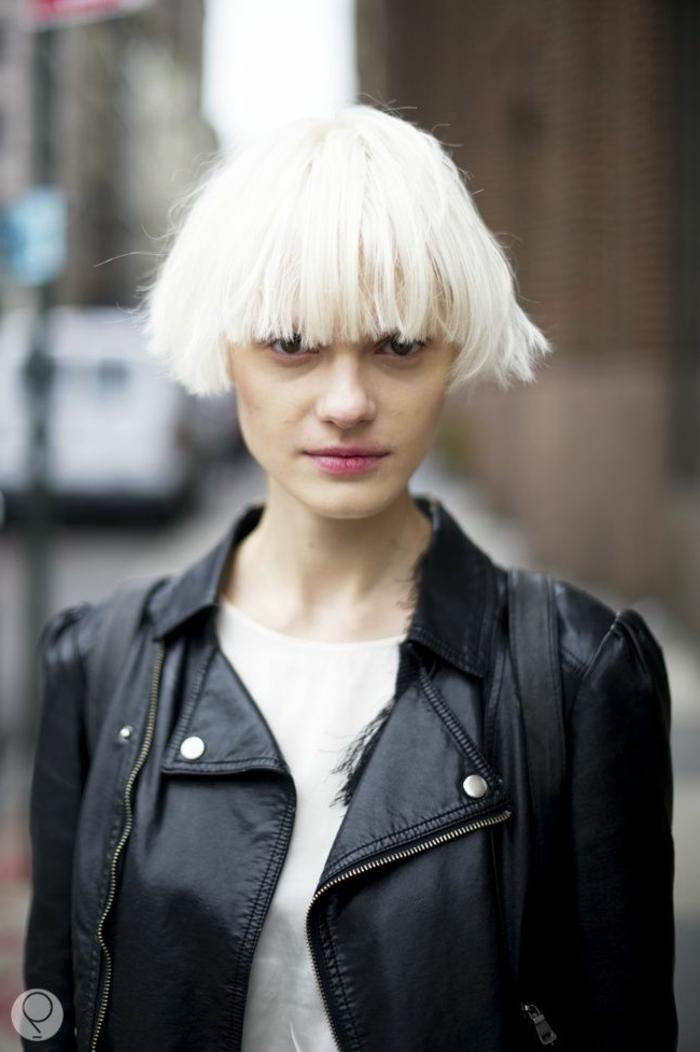 Coole Kurzhaarfrisuren Damen, Bowl-Cut Haarschnitt, frisuren für kurze haare, platinblonde Haare, schwarze Lederjacke und weißes T-Shirt, minimales Make-up