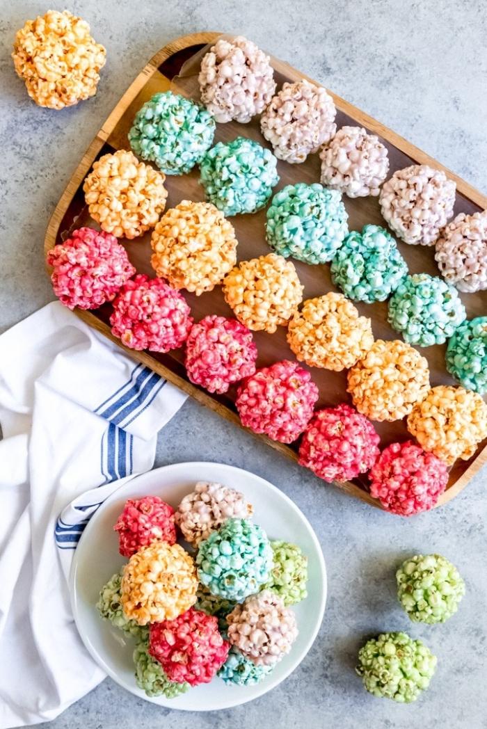 rezepte die kinder schmecken, popcorn kugel in den farben des regenbogens, kindergeburtstag ideen