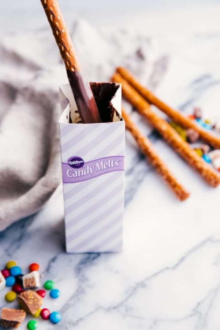 rezepte für kinder geburtstag, salzige sticks mit schokolade und m und m bonbons