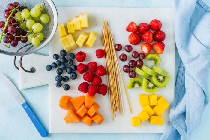 rezepte für kinder, süße spieße mit ananas, beeren, mango und kiwi, gesund essen