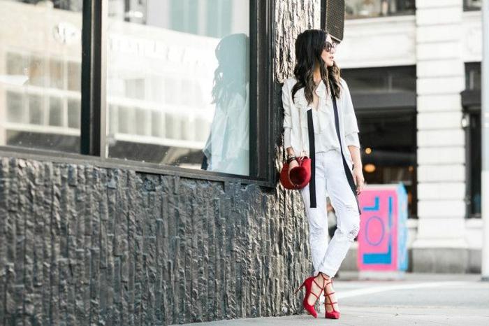 Elegant angezogene Dame in weiß, mit roten Schuhen und roter Handtasche, casual dress code