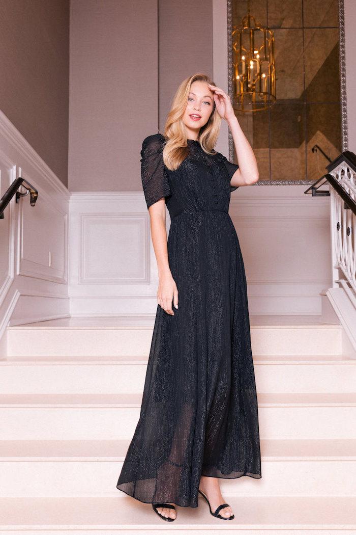 Elegantes Outfit für besondere Anlässe, schwarzes langes Kleid mit kurzen Ärmeln, schwarze Pumps