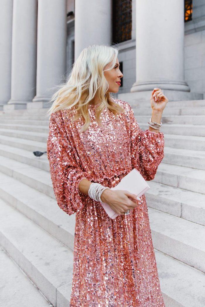 Glitzer Kleid in Rosa mit langen Ärmeln, weiße Clutch, offene blonde Haare, Armband mit weißen Perlen