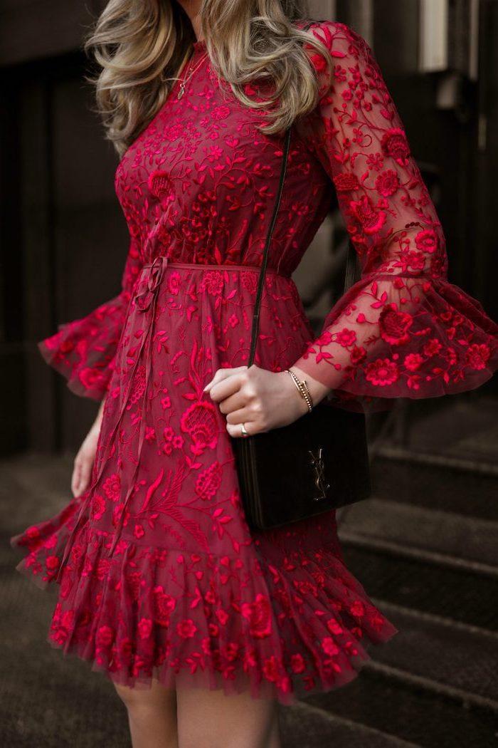 Rotes Spitzenkleid knielang mit langen Ärmeln, schwarze Clutch, Balayage Haare gewellt