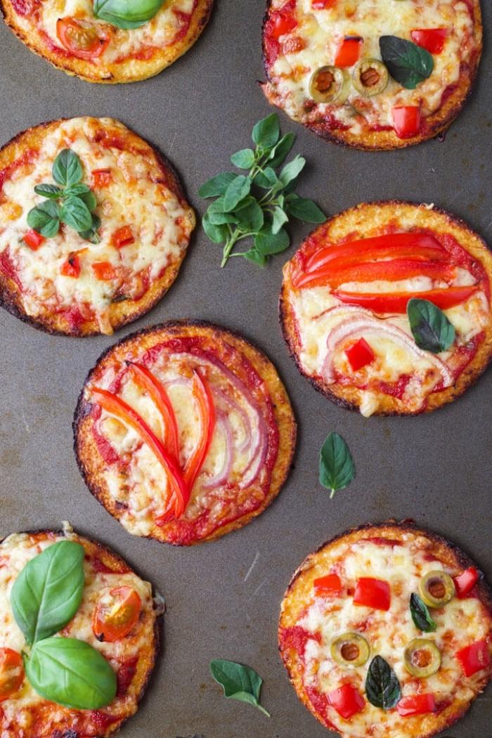 schnelle gerichte für kinder, mini pizzas mit rotem paprika, käse, zwiebel und kärutern