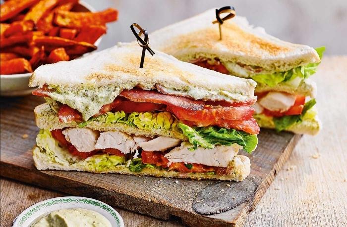 schnelle gerichte für kinder, sandwiches mit hühnerfleisch, salat und tomaten