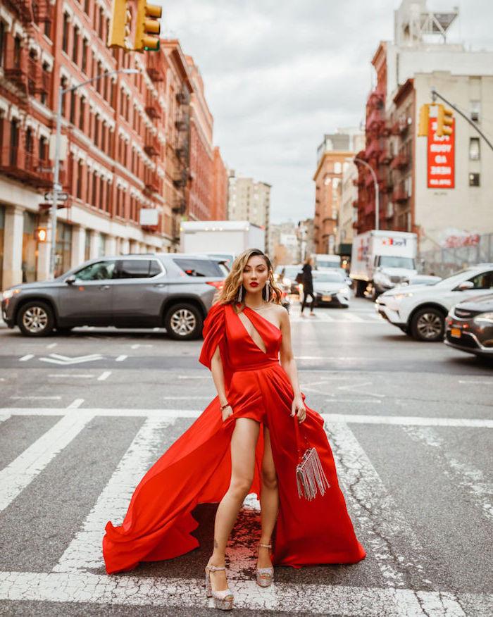 Rotes Abendkleid, vorne kurz, hinten lang, silberne Pumps und Clutch, offene Balayage Haare
