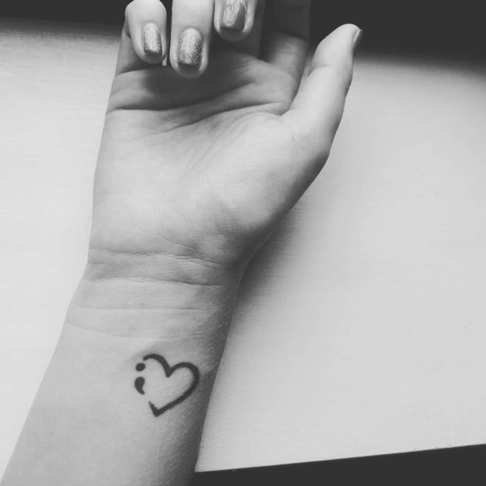 Semicolon am Arm in einem schlichten Herz, tattoo psychische störung, lackierte Hand