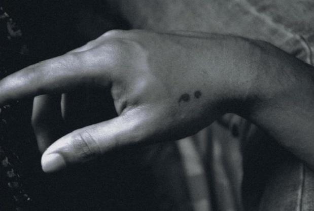 black und white photo, elegante Hand mit einem Semicolon Tattoo, depression tattoos