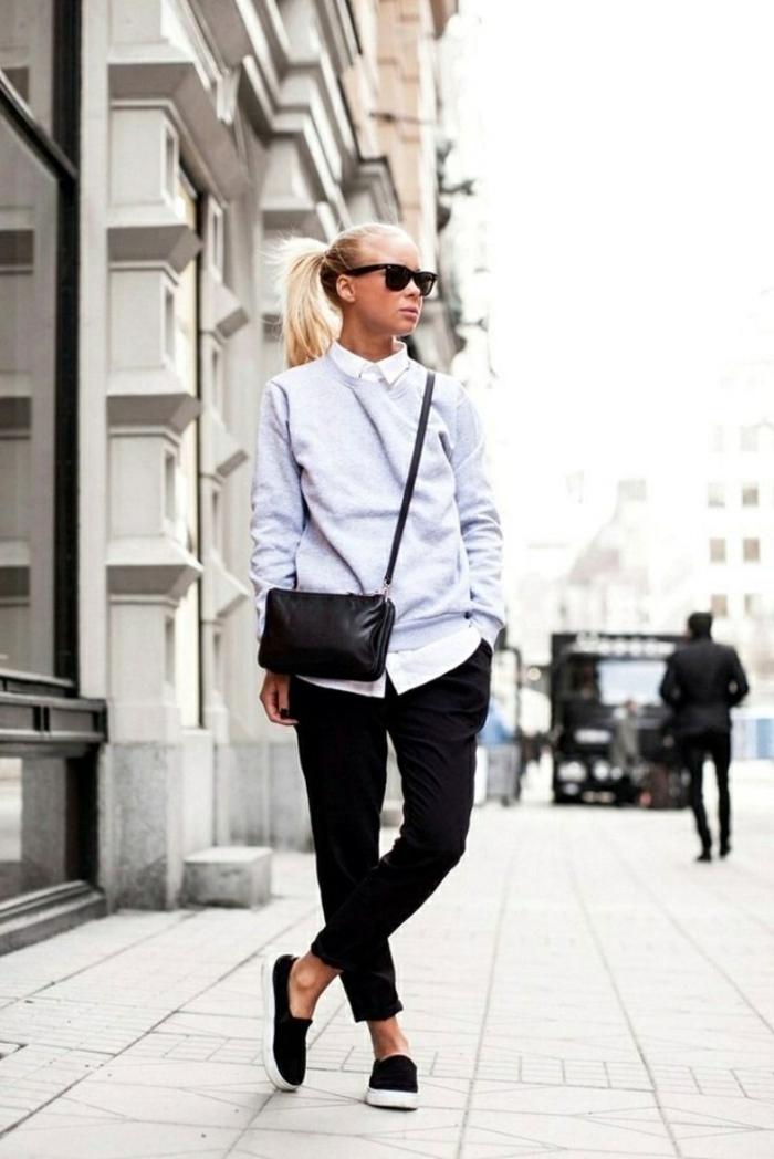 Sportlich angezogene Frau mit schwarzen Hosen, graues Oberteil, mit sichtlichem Hemd, smart casual dresscode für damen