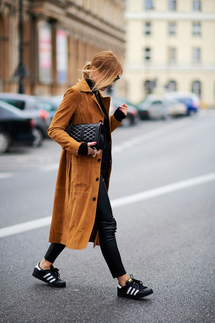 Dame mit langem Mantel, Adidas Sneakers, Skinny Jeans, dresscode sportlich elegant, kleiderordnung casual