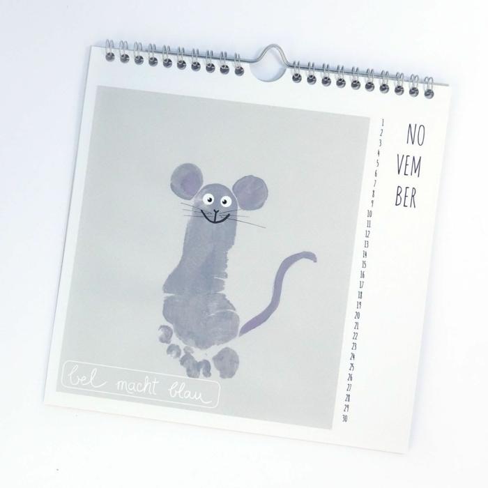 Selbstgemachter Kalender, Fußabdruck in Form einer Maus, mit Ohren und Schwanz, Geschenke für Großeltern
