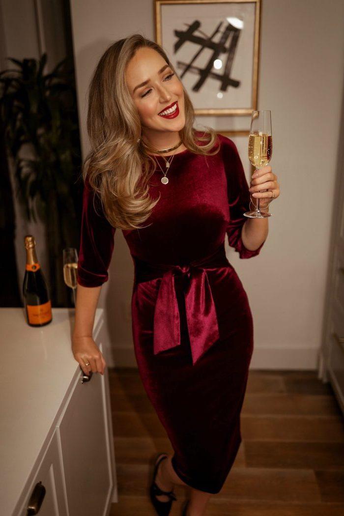 Cooler Silvester Look, Elegantes Kleid in Bordeaux, offene gewellte Haare, roter Lippenstift