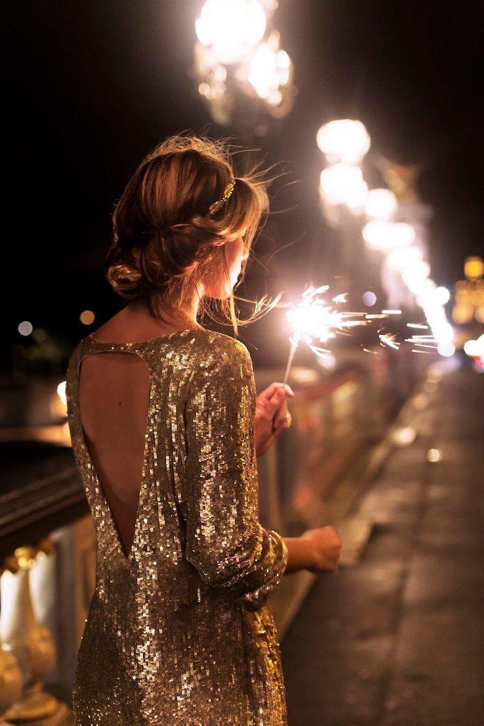 Glitzer Outfit rückenfrei mit langen Ärmeln, elegante Hochsteckfrisur, Silvester Look