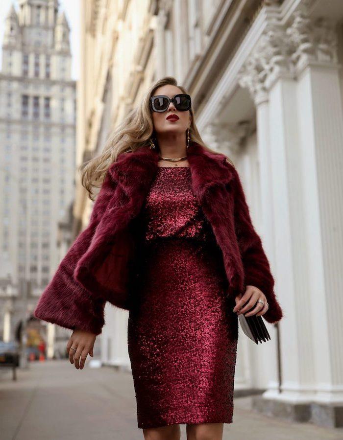 Elegantes Outfit für den Winter in Bordeaux, Glitzerkleid und Pelzmantel, goldener Schmuck