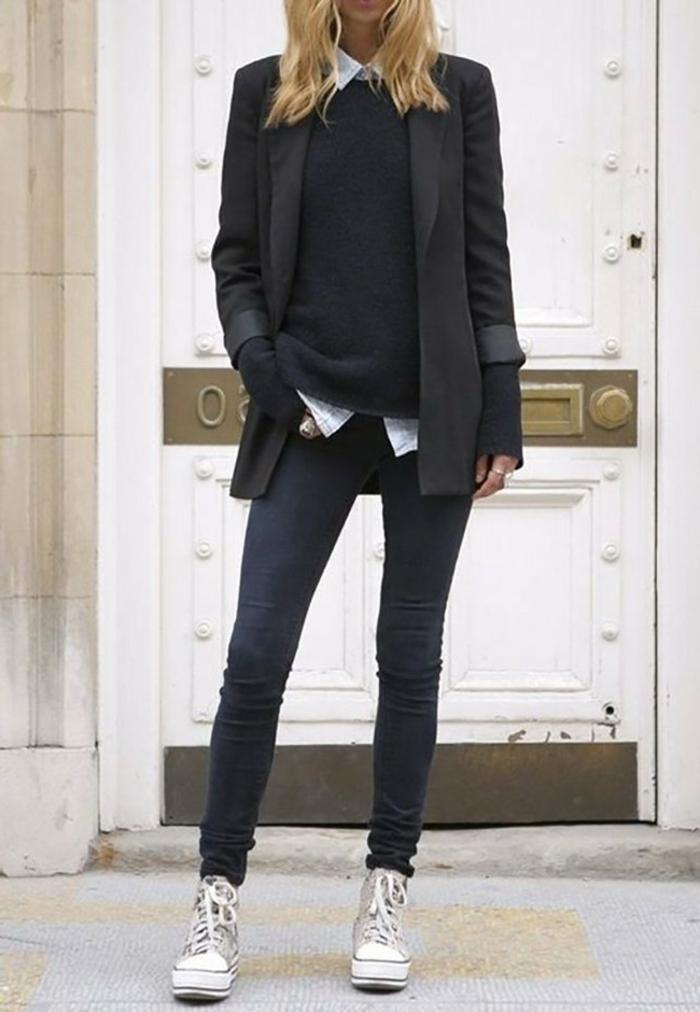 Sportlich-elegant angezogene Dame in high-top Sneakers, Skinny Jeans, schwarzer Blazer, sichtliches Hemd