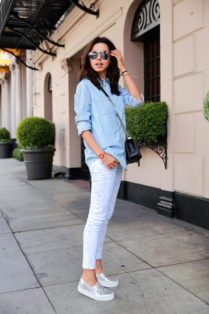 Leger angezogene Frau im Outfit im blauen Ton, Jeans und lässiges Hemd