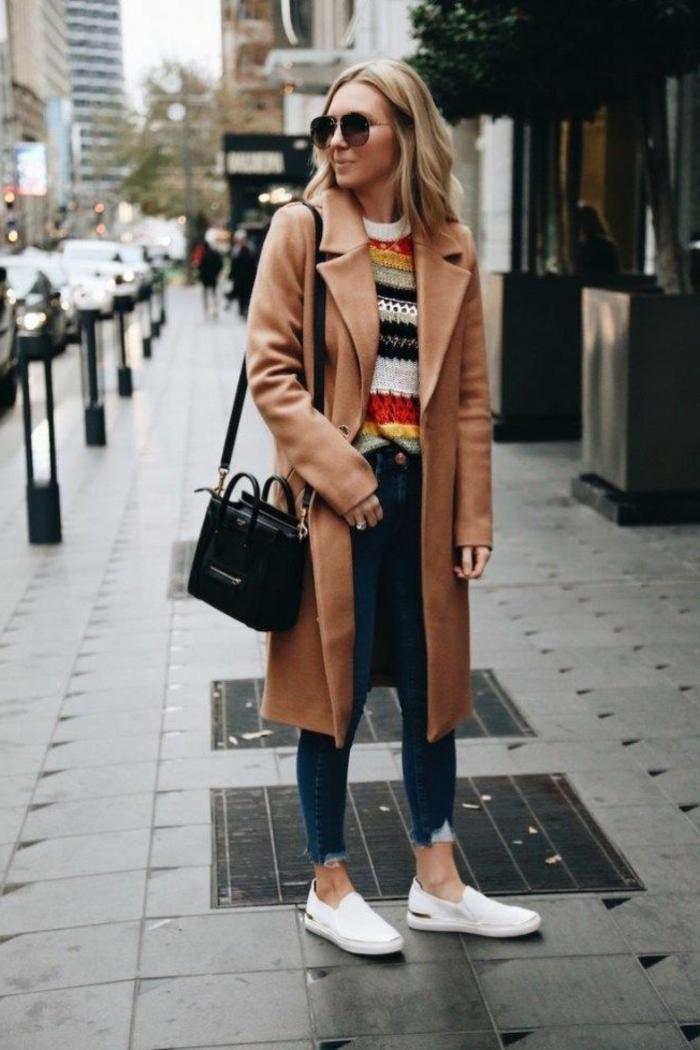 Stylische Dame in Jeans, farbiger Pullover und naturfarbener Pullover, dresscode sportlich elegant