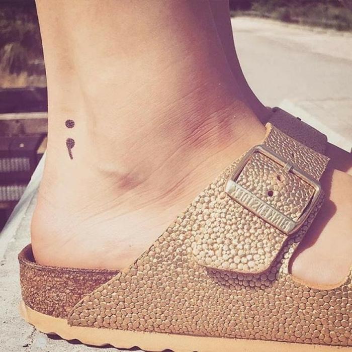 Schwarzes Tattoo von einem Semicolon am Fuß, tattoo depression, sandallen, sommer