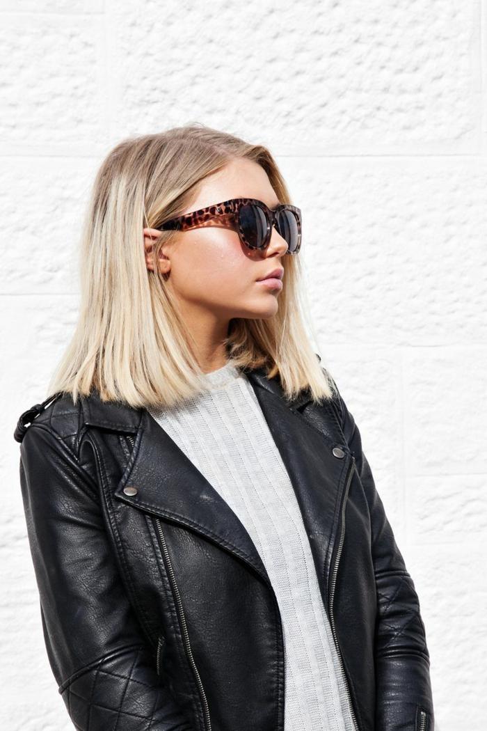 frisuren für kurze haare, Blonde Frau mit Sonnenbrillen mit Leopardenmuster, Kurzhaarfrisuren Damen, schwarze Lederjacke und graue Bluse, Foto am weißen Hintergrund
