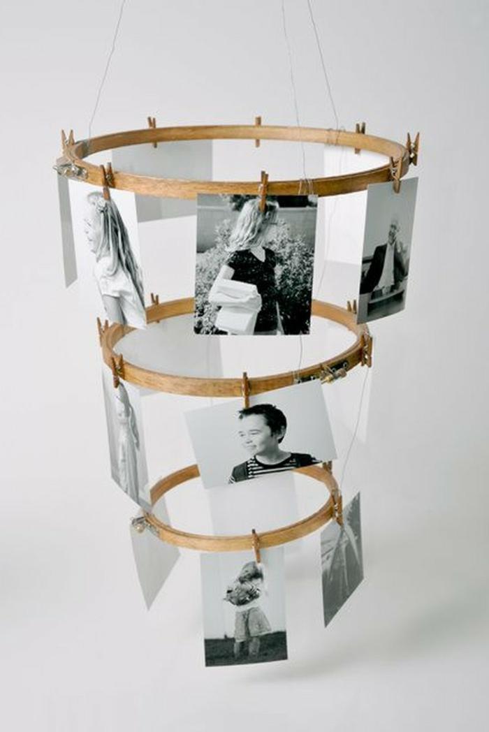 Strickrahmen mit schwarz-weiße Fotos von der Familie, Originelle Geschenke für Senioren, befestigt mit Wäscheklammen