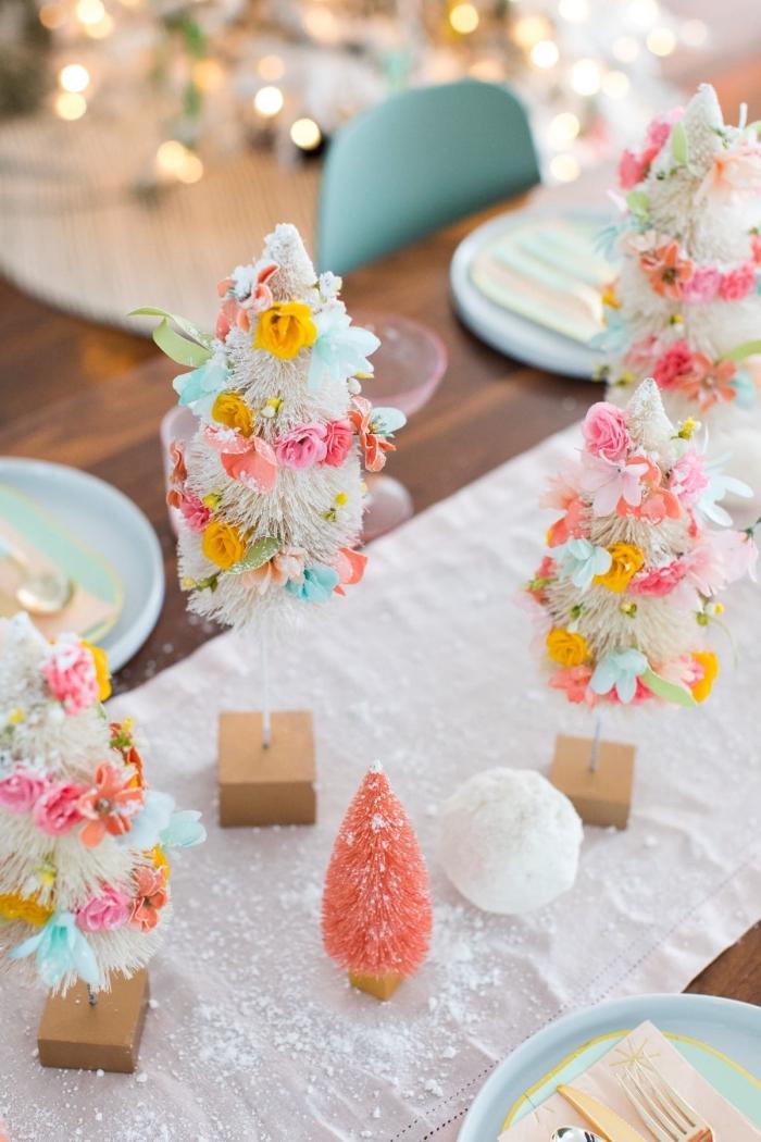 tischdeko weihnachten, kleine tannenbäume, weihnachtsbäume dekroiert mit bunten blüten