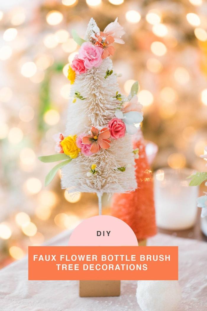tischdeko weihanchten, kleiner tannenbaum dekoriert mit blüten girlande, weihanchtsdeko tisch