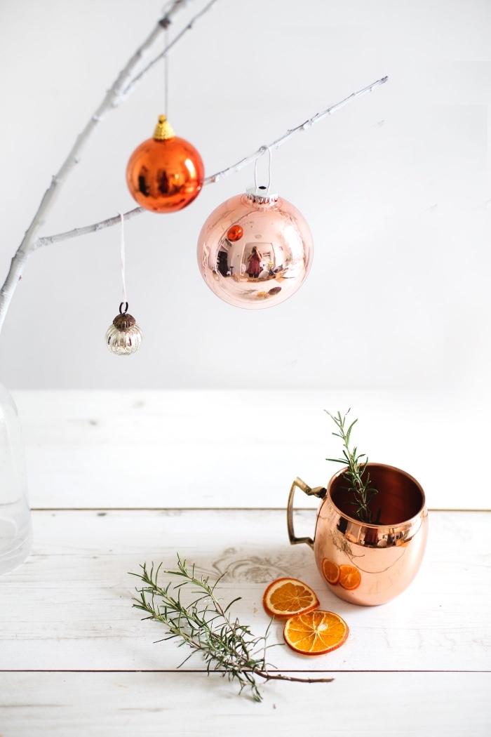 tischdeko weihnachten, weihnachtsko tisch, weißer zweig dekoriern mit weihanchtskugeln