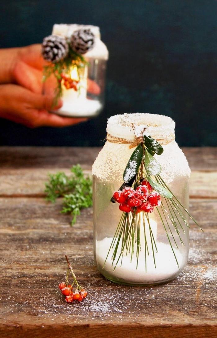 tischdeko weihanchten, windlichet selber machen, einmachglas dekoriert mit kunsrschnee und roten beeren