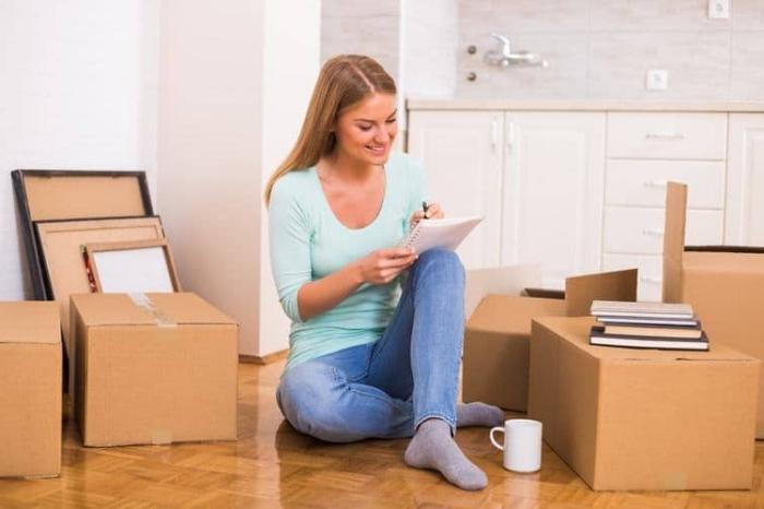 umzug planen, nürtliche tipps und infos, viele kisten, liste machen, sich in eine neue wohnung umziehen