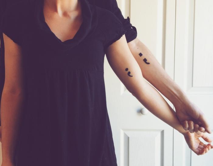 Seins und Ihrs Tattoo, Paar mit gleichen Semicolon Tattoos, depression tattoos, schwarzes T-Shirt
