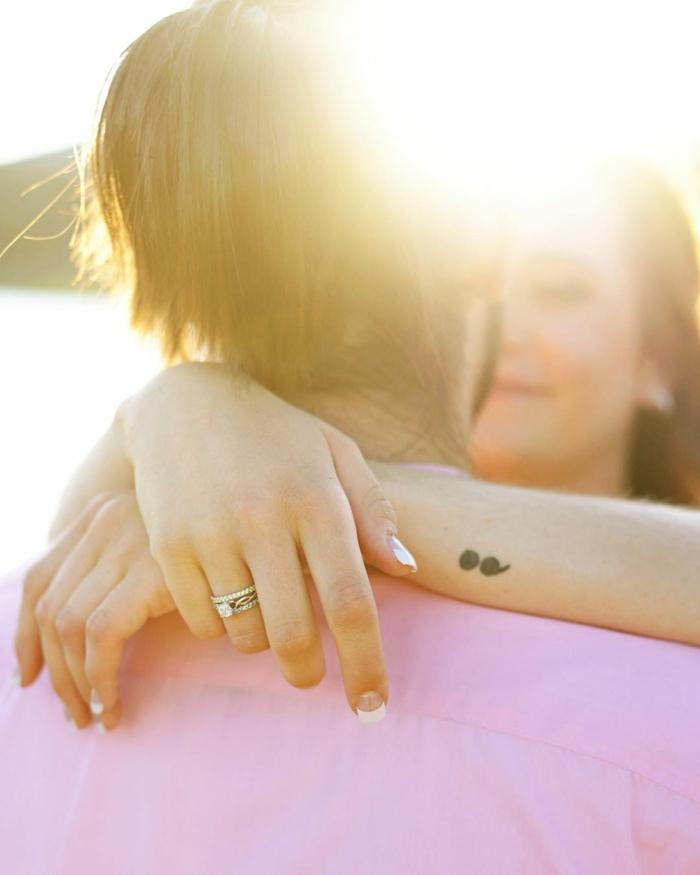Verlobtes Paar, Semicolon Tattoo an der Hand der Frau, project semicolon, sonne, sommer