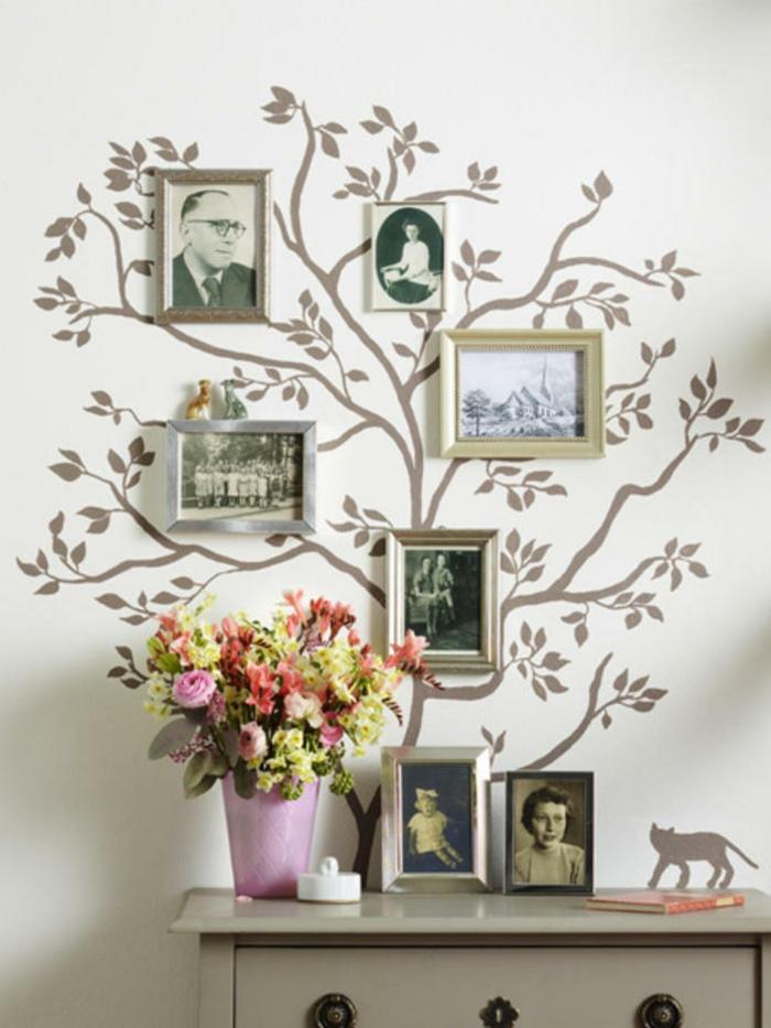 Stammbaum mit Familienfotos auf weiße Wand, Vase mit bunten Blumen, originelle Geschenke für Senioren