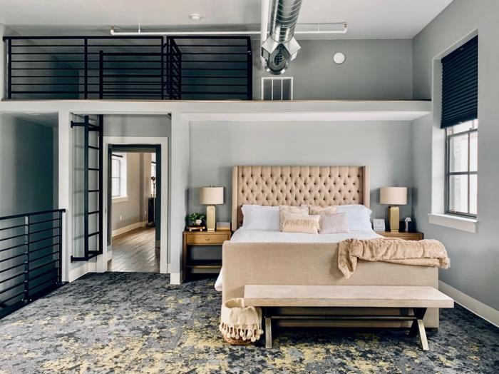 wasserbett kaufen tipps und infos, schlafzimmereinrichtung in nautralen farben, beige bett, graue wände