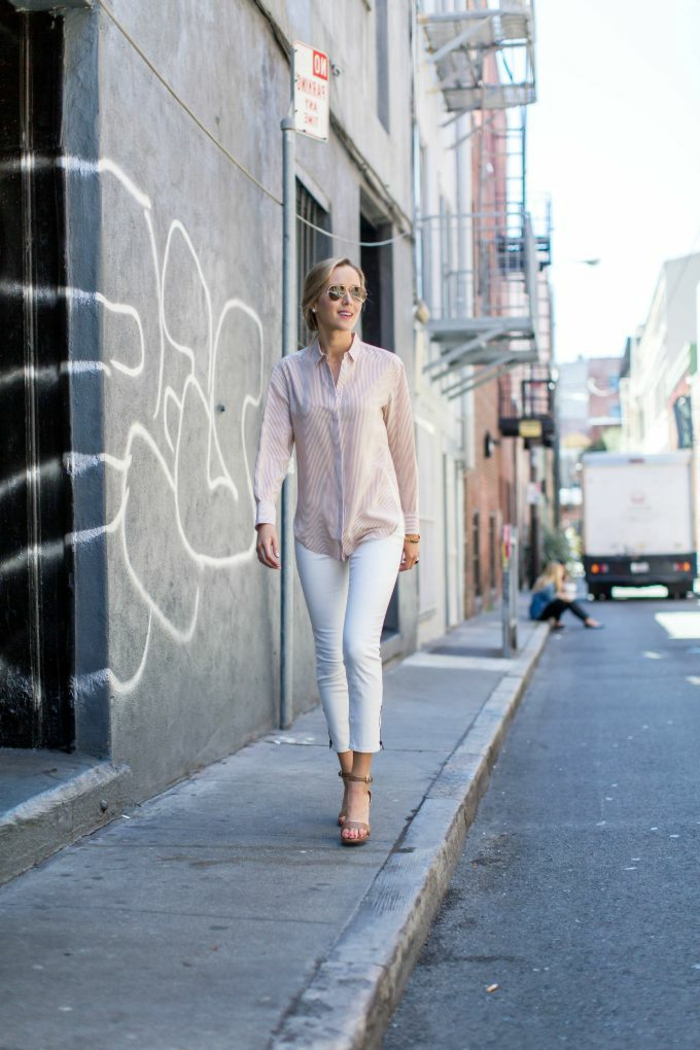 Schick angezogene Dame mit hellem Hemd, weiße Jeans und High-Heels, dresscode sportlich elegant