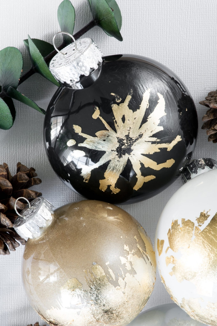 weihnachtsdeko basteln für den tisch, weihnachtskugel dekoriert mit blattgold, schneeflocke