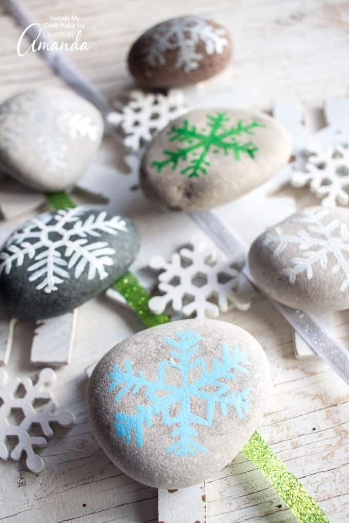 weihnachtsdeko selber basteln, steine bemalen, schneeflocken zeichnen, deko zu weihanchten