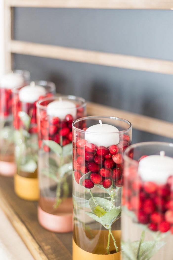 weihnachtsdeko selber machen, tischmittelpunkt ideen, weiße kerzen, roten beeren, chrome fartben