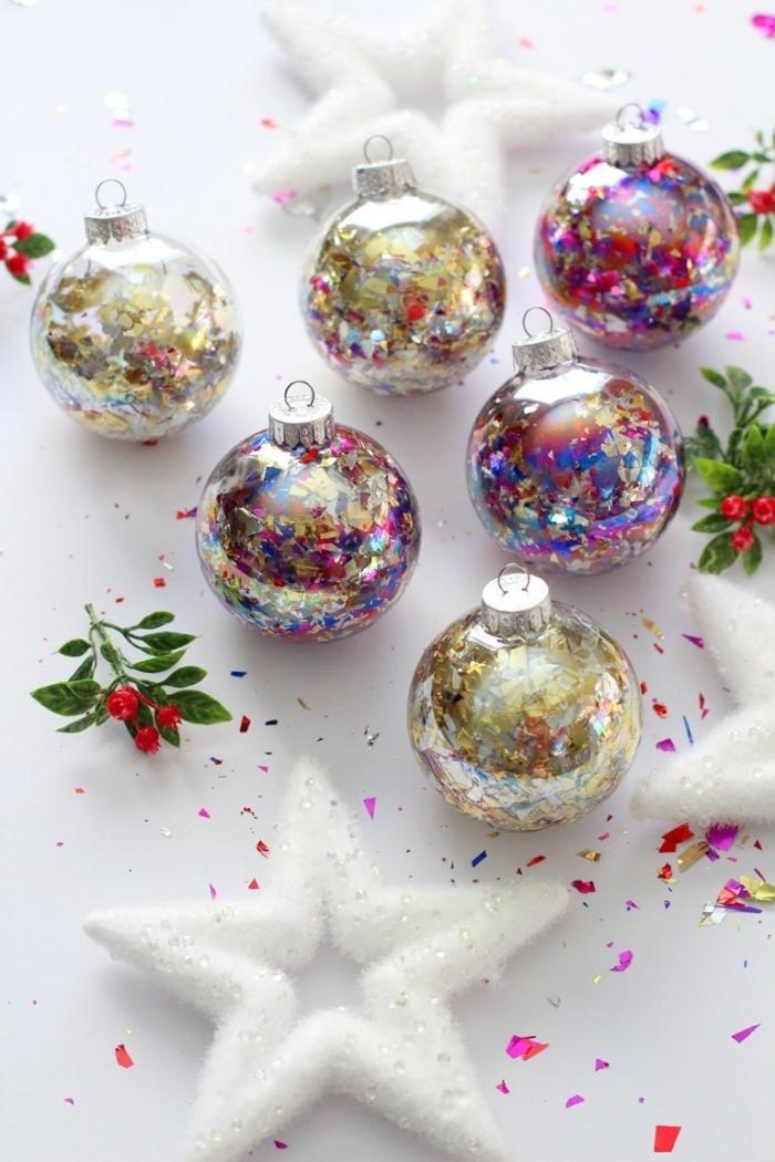 weihanchtsdeko selber machen, transparende weihanchtskugel dekoriert mit konfetti