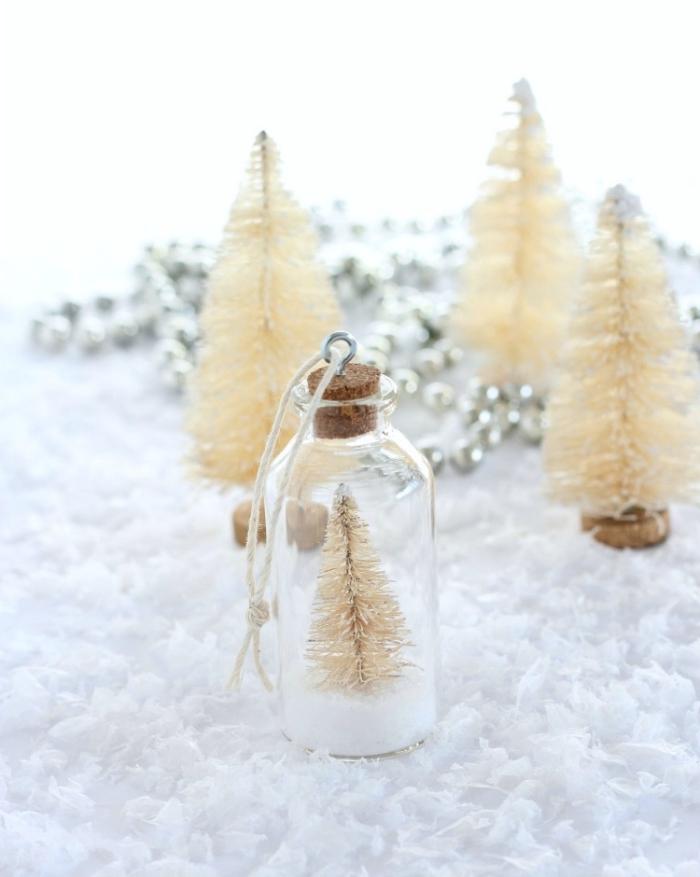 tischdeko in weiß, weihnachtsbasteln anleitungen, kleine weiße tannenbäume, silberne perlen