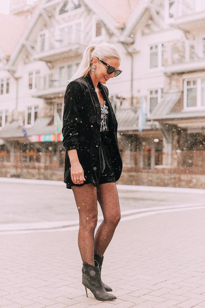 Schwarze Short und Blazer, Strumpfhose mit Punkten und Boots, glatte gebundene Haare