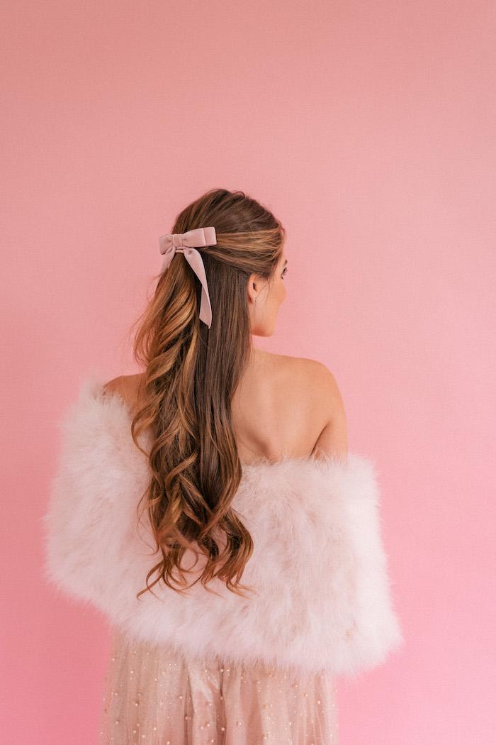 Rückenfreies Kleid in Beige mit Perlen, Pelz Umhang, halboffene Haare mit Schleife