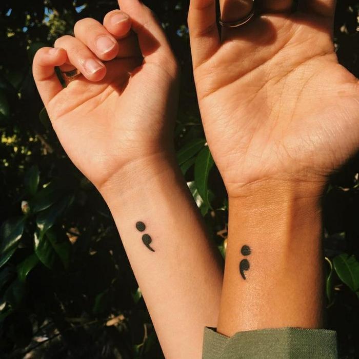 Zwei Hände mit Semicolon Tattoos, fotografiert im Sonnenlicht, project semicolon, liebe