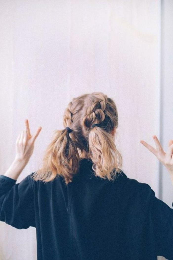 kurze haare frisuren, blonde haare mit französischen zöpfen und zwei pferdeschwänze, schwarzer pullover