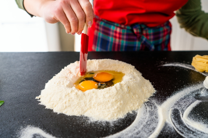 mittagessen ideen, eier mit mehl mischen, tagliatelle teig anleitung