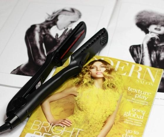 Traumfrisuren zaubern mit dem Glätteisen, Magazin mit gelber Titelseite, Glätteisen in schwarz