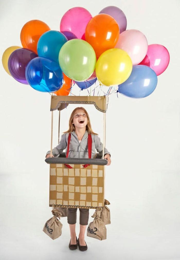 Kinder Faschingskostüme, Heißluftballon Kostüm mit bunten Ballons, Mädchen im grauen Sweatshirt