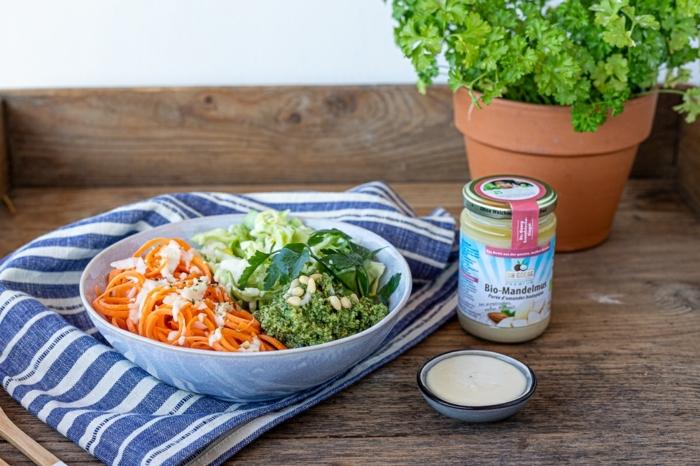 Salat mit Möhren, Weißkraut und Schnittlauch, Dr. Goerg Bio Mandelmuss, gestreiftes Tuch in blau und weiß, vegane Gerichte